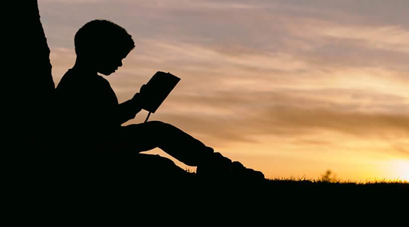 niño leyendo escuela infantil