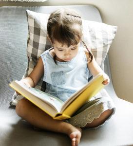 niña leyendo escuela infantil
